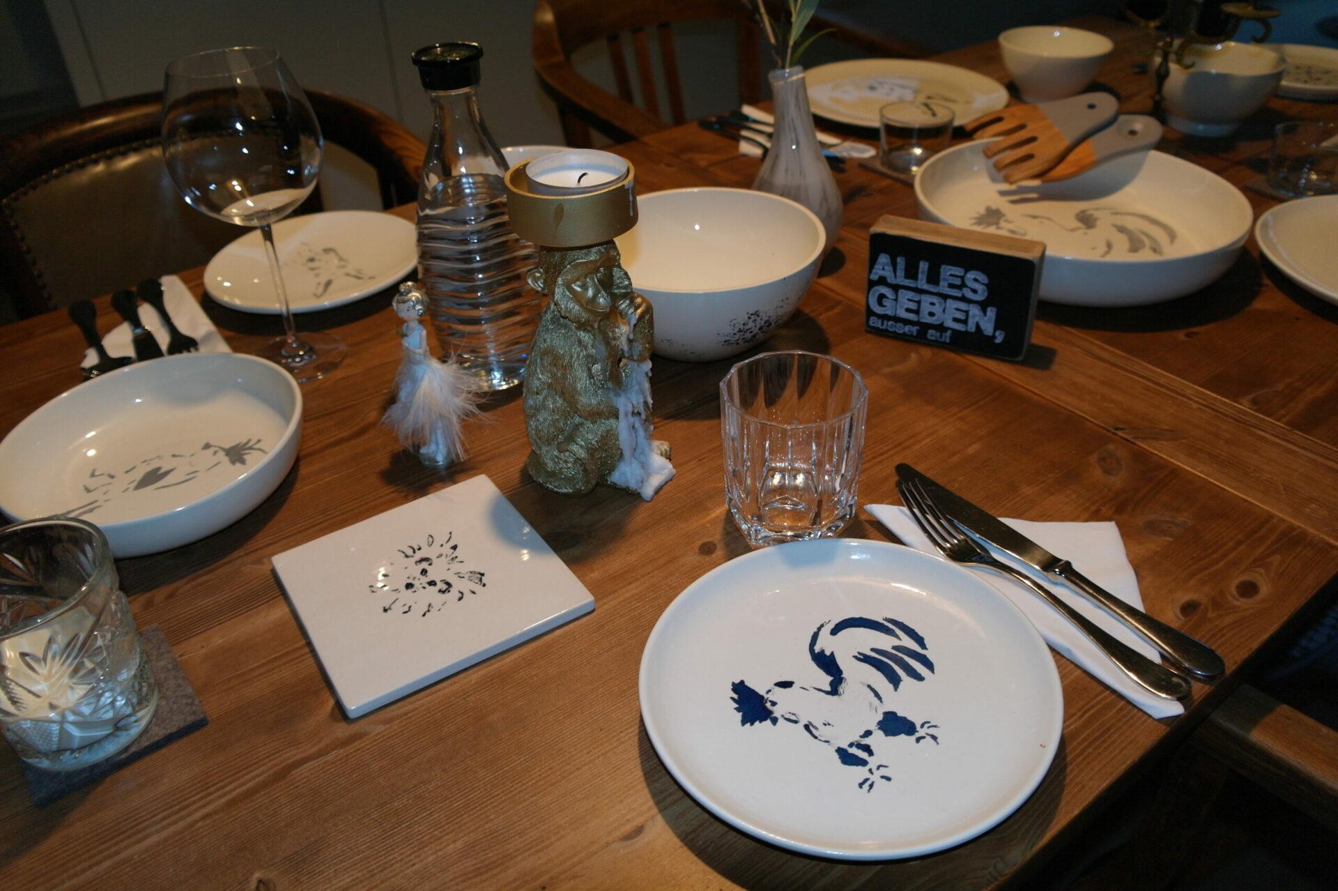 Teller mit Gockel Hermann und Topffliese mit Igel von PimalDaumen.Design kaufen
