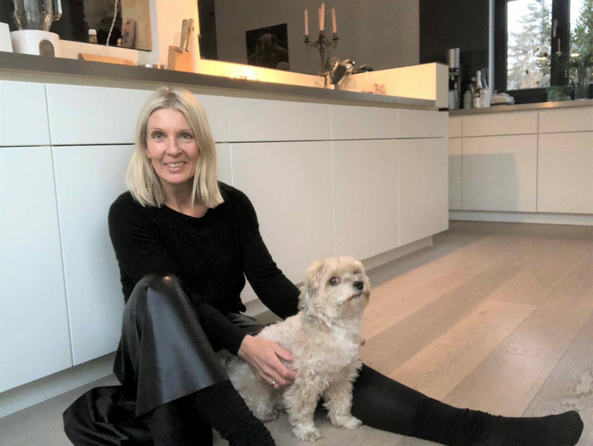 Claudia Küppers Gründerin mit Hund Pepe von PimalDaumen.Design